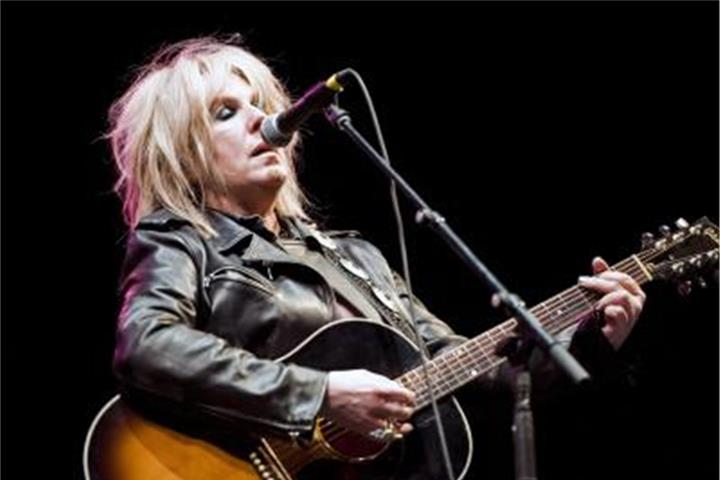 Lucinda Williams singt Tom Petty