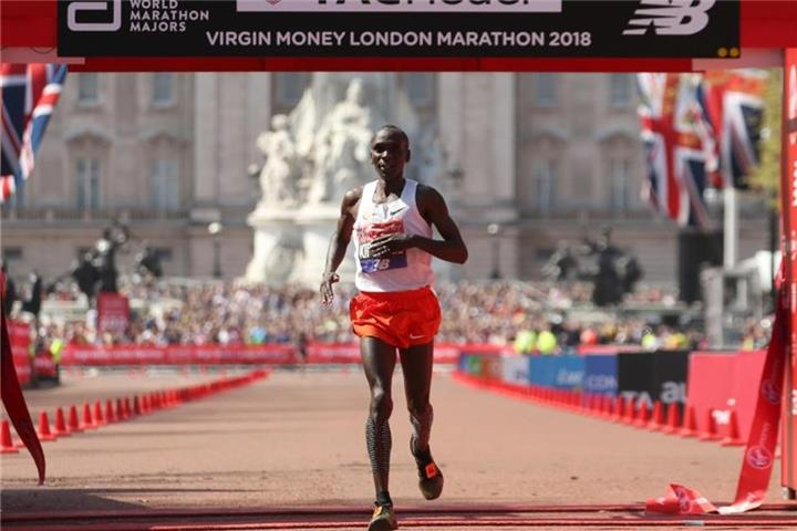 Knapp über Weltrekord: Eliud Kipchoge siegt in London