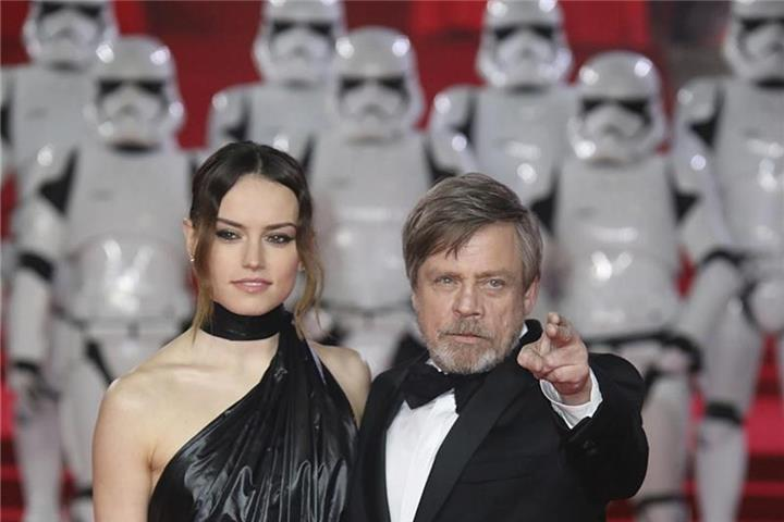 """Star Wars"" bleibt Nummer eins in den Kinocharts"