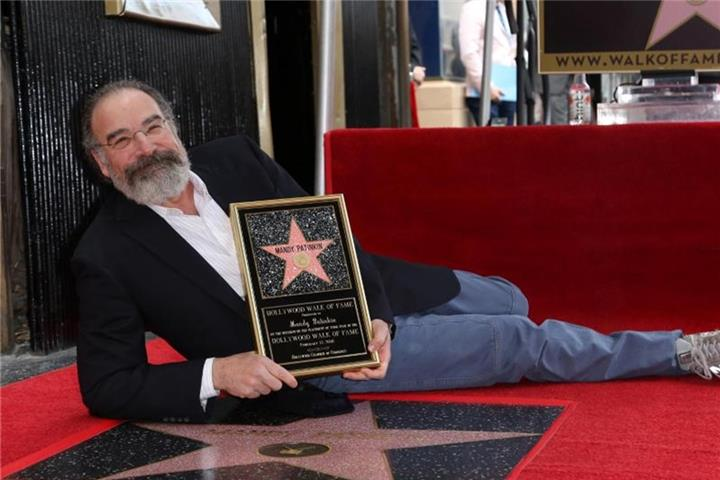 """Homeland""-Star Mandy Patinkin mit Hollywood-Stern geehrt"